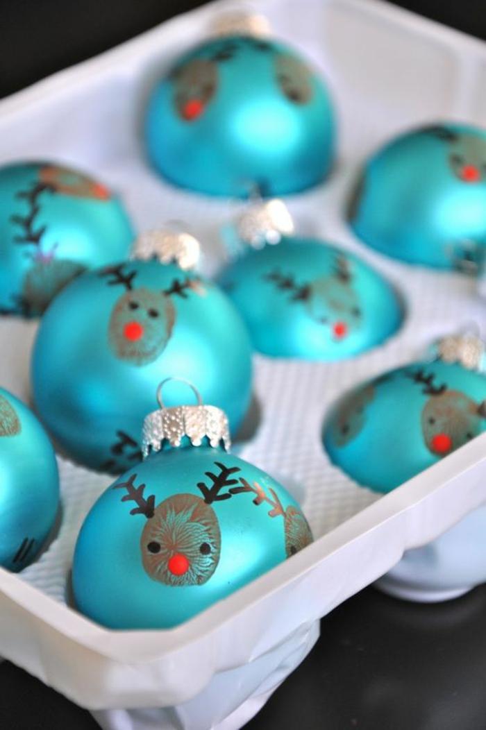 decoración navideña casera, esferas resplandecientes en azul con decoración casera, bonita idea para Navidad