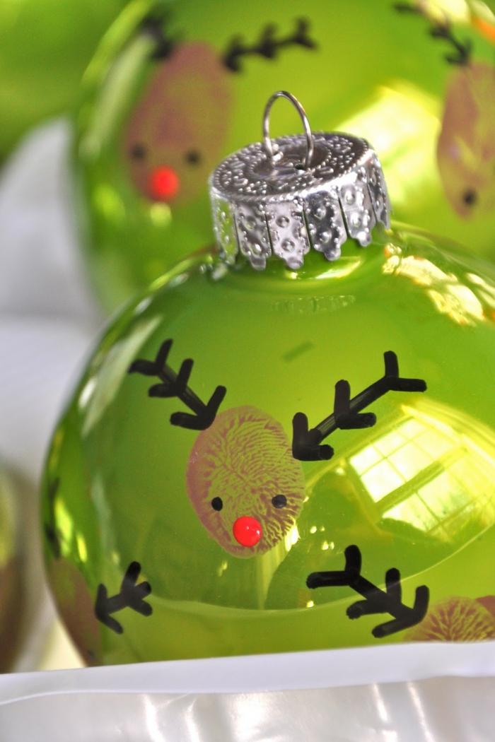 adornos navideños, esferas en verde con efecto reluciente, manualidades faciles para niños, adornos con dibujos de huellas de dedo