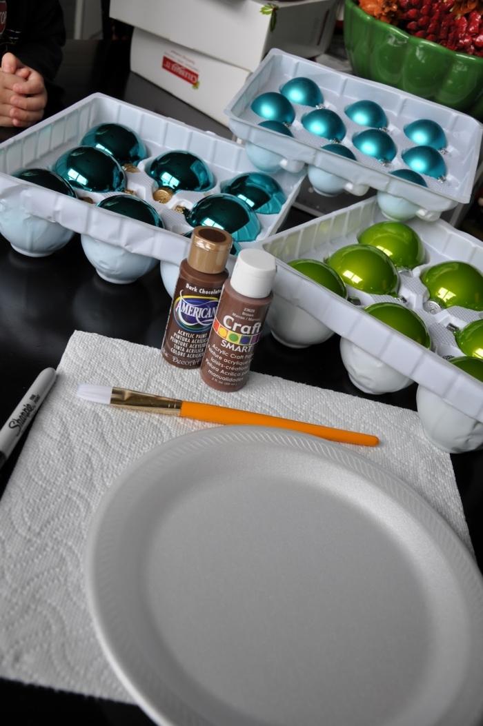 adornos de navidad caseros, materiales para hacer bolas de navidad caseras, bolas en tres colores, pintura acrílica y pincel, recipiente de poliestreno
