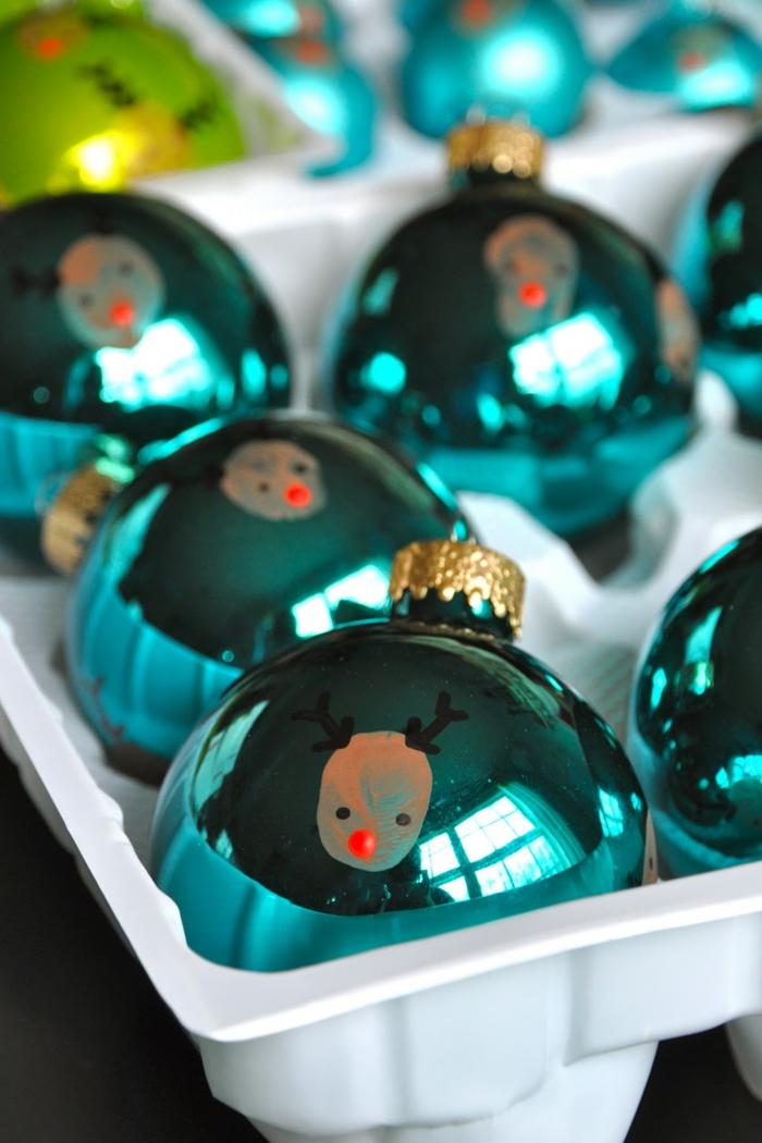 bolas de colores, esferas en tres colores con caras de ciervo hechas de huellas de dedo, manualidades para niños