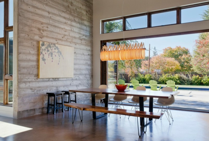 salon comedor, comedor en estilo moderno con muebles de madera y banco, araña original en colo naranja, techo alto y grandes ventanales con vista