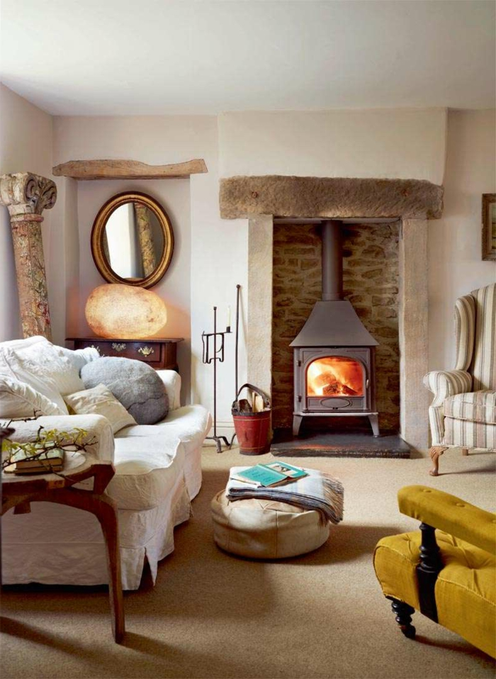 chimeneas modernas, salón rústico con vigas de madera decorativas, sillón en color mostaza, espejo vintage