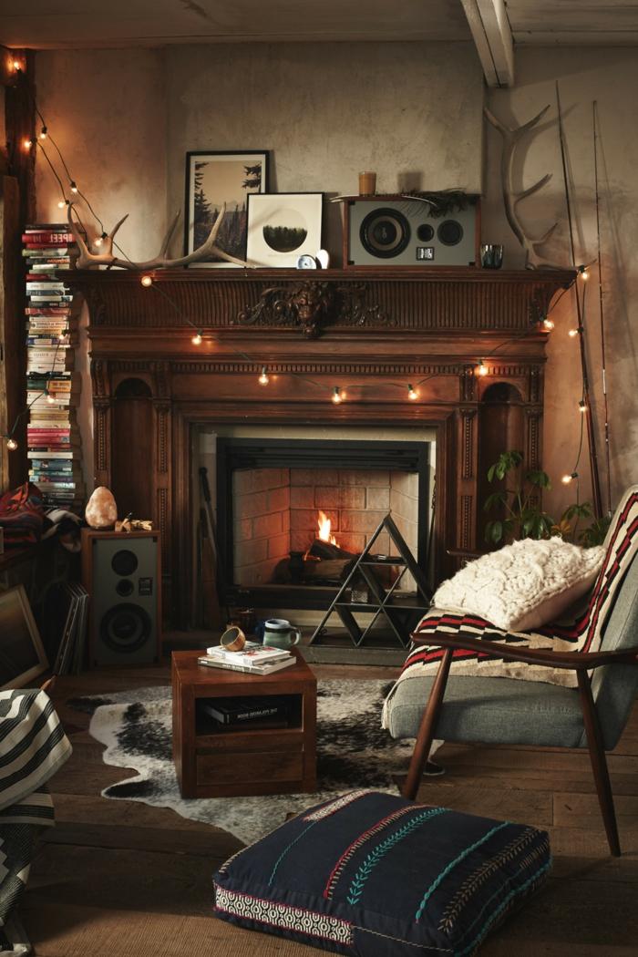 chimeneas de leña, ejemplo acogedor con chimenea de leña, salon pequeño con ornamentos de madera y toque rústico, lámparas decorativas