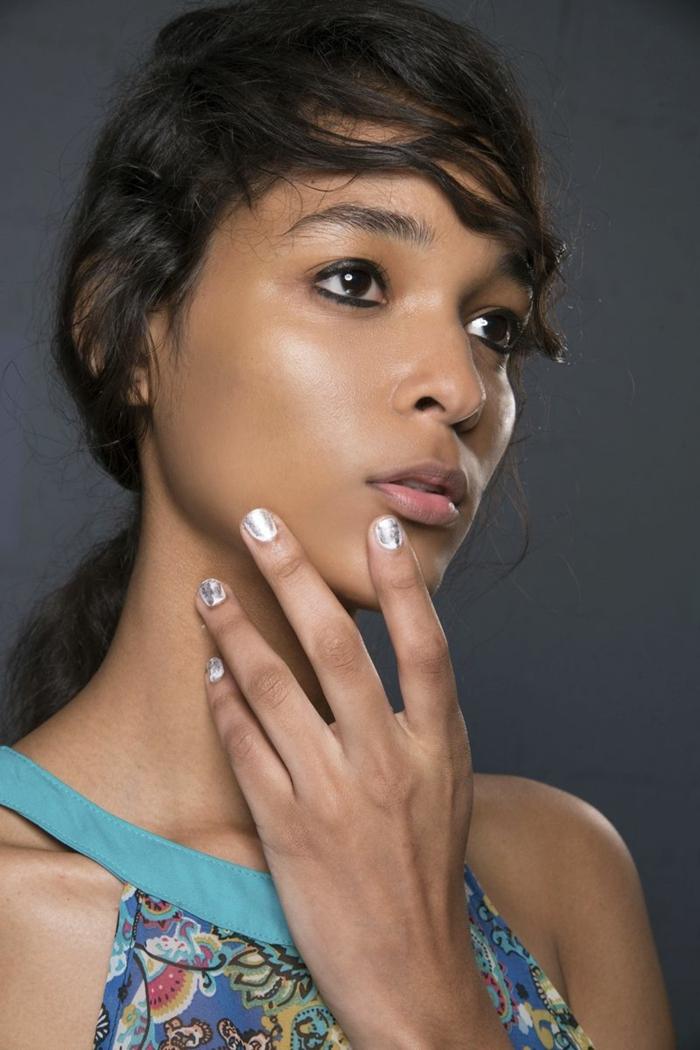 diseños de uñas, tendencias nuevas, colores metálicos, uñas cortas cuadradas pintadas en plateado