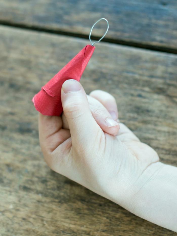 decoracion navideña, manualidades para los pequeños, pequeña capa roja en forma de cono hecha de papel