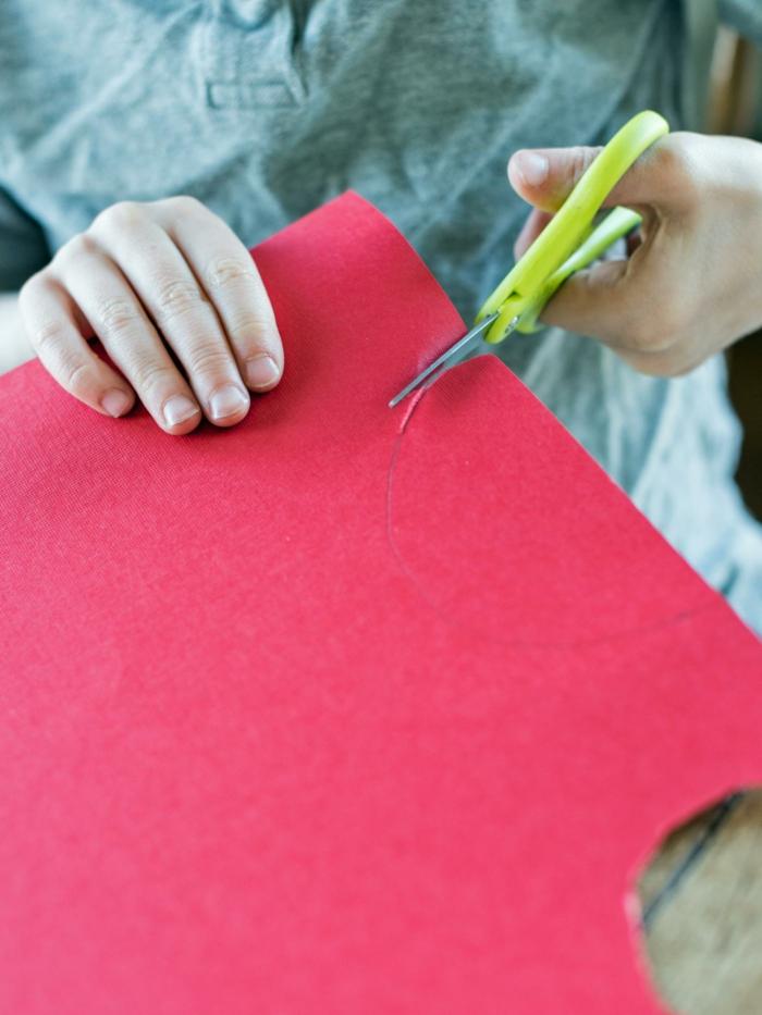 decoracion navideña, como hacer un adorno para el árbol paso a paso, papel rojo para hacer la capa de papa noel