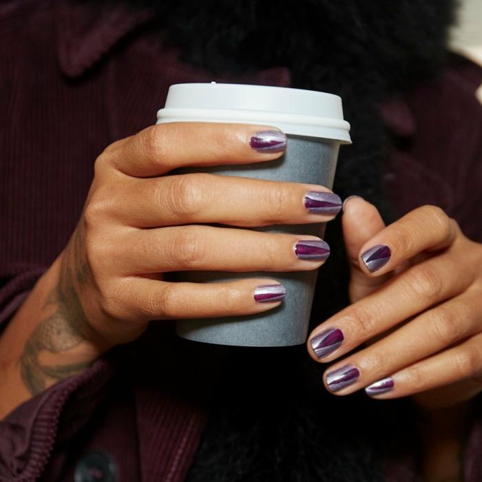 uñas pintadas, ejemplo en color lila y plateado, motivos de diseño gráfico en uñas cortas y cuadradas