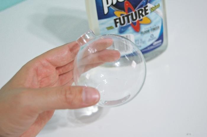 como hacer bolas de navidad, instrucciones paso a paso, esfera de vidrio llena de limpiador de pisos, esferas brillantes DIY