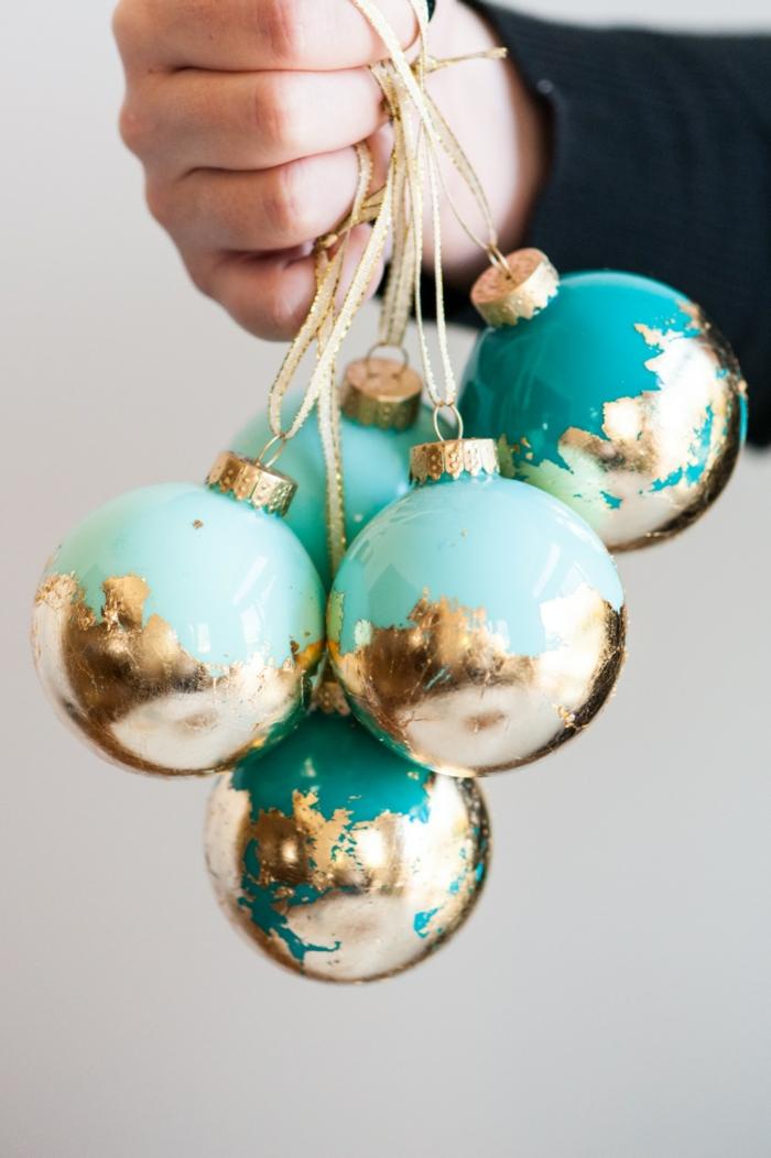 adornos navideños, esferas de Navidad hechas a mano, bolas en verde y azul decoradas con brocado en dorado y cintas para colgarlas