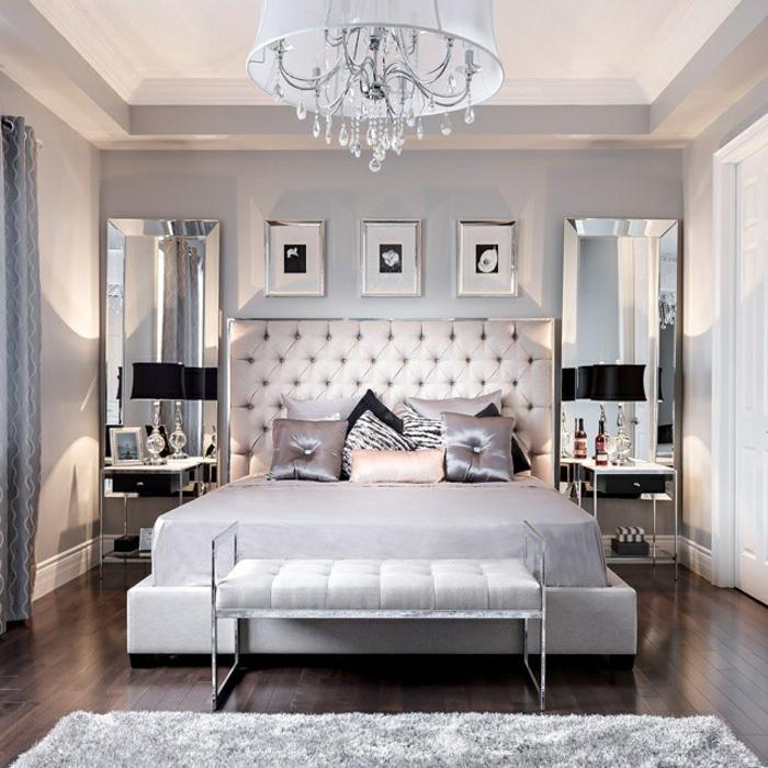 cabeceros de cama originales, habitación en estilo clásico con cabecero capitoné de piel en beige, pie de cama en el mismo color, cuadros decorativos