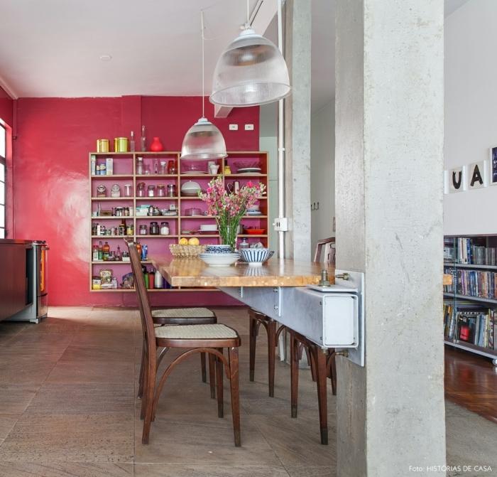 cocinas americanas, barra interesante de madera en una cocina moderna con punto focal en la pared pintada en rojo frambuesa