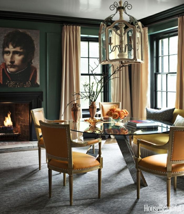muebles comedor, preciosa propuesta en colores cálidos, mesa de vidrio y sillas tapizadas con piel, cuadro en la pared pintada en verde