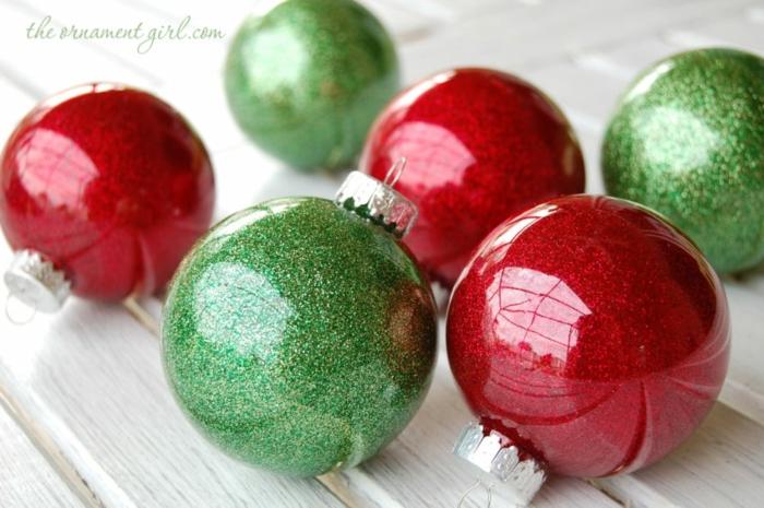 bolas de colores, decoración refinada en rojo y verde, bollas de cristal llenas de purpurina, manualidades para Navidad