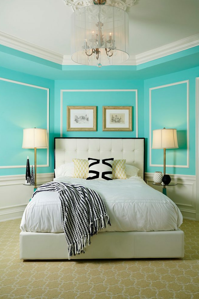 tonos de azul, bonita propuesta en azul aguamarina, techo alto, estilo clásico, cama elegante en blanco y negro con cabecero en capitoné