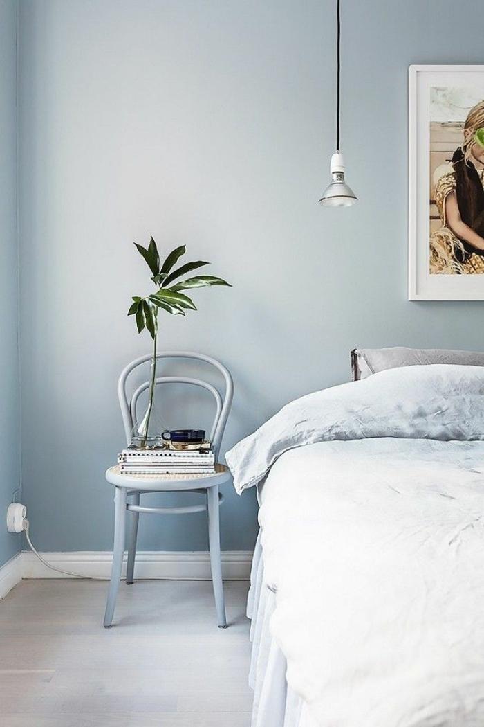 decoracion de paredes, dormitorio en azul atenuado, decoración de planta, pequeña silla en azul, lámpara vintage