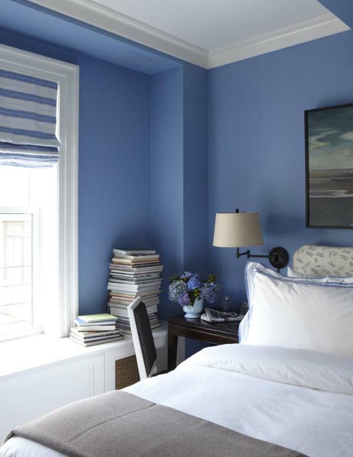 decoracion de paredes, dormitorio en azul, con ventanas y estores modernos de tela en blanco y azul, muebles de madera
