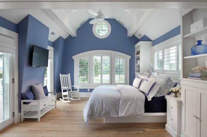 decoracion de paredes, propuesta en azul atenuado y blanco, suelo de madera, muebles de madera pintados en blanco