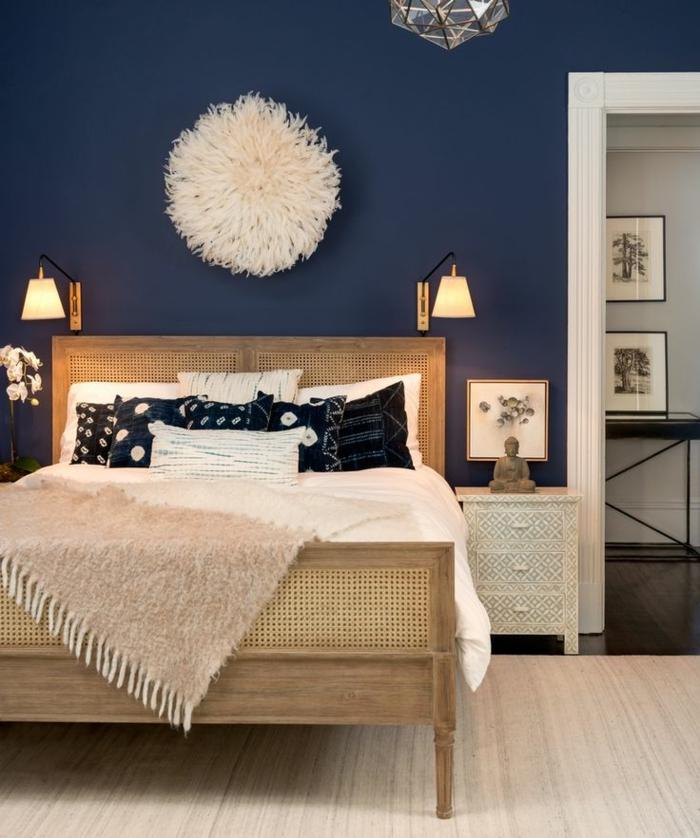 decoracion de paredes, habitación en azul intenso, cama de madera y decoración en estilo bohemio, suelo de parquet claro