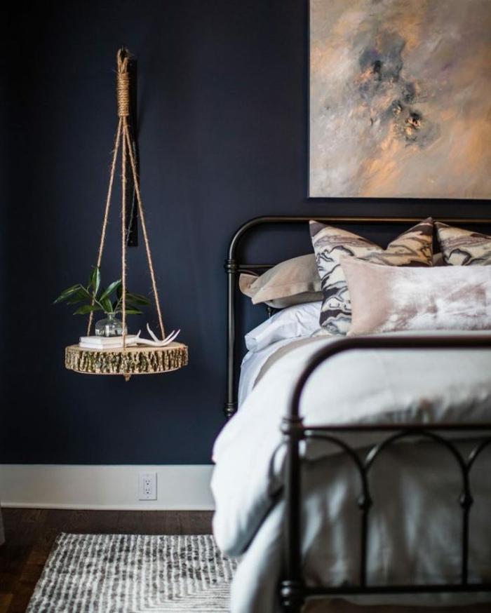 decoracion de paredes, pintura en azul grisáceo muy oscuro, decoración de pintura, lecho de hierro pintado en negro, suelo de parquet