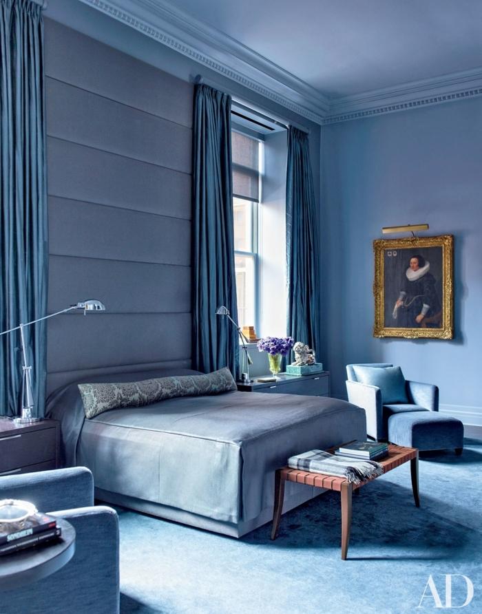 decoracion de paredes, hermoso ejemplo de habitación moderna en azul atenuado, cortinas de satén, piso con moqueta, dormitorio elegante en estilo clásico