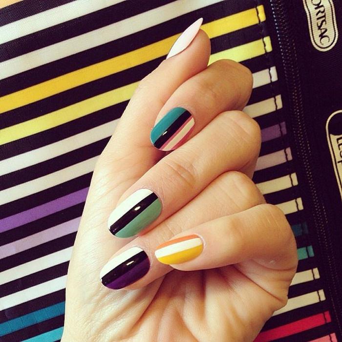 diseño de uñas, decoración de manicura colorida con rayas en diferentes colores, uñas largas en forma ovalada