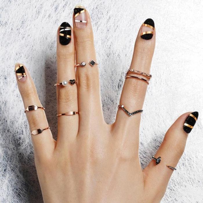 uñas pintadas, propuesta original para las fiestas del Año Nuevo, uñas en negro, dorado y partes sin esmalte