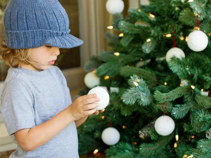adornos navideños caseros, como hacer bolas relucientes con efecto de nevado, bolas blancas para el árbol navideño