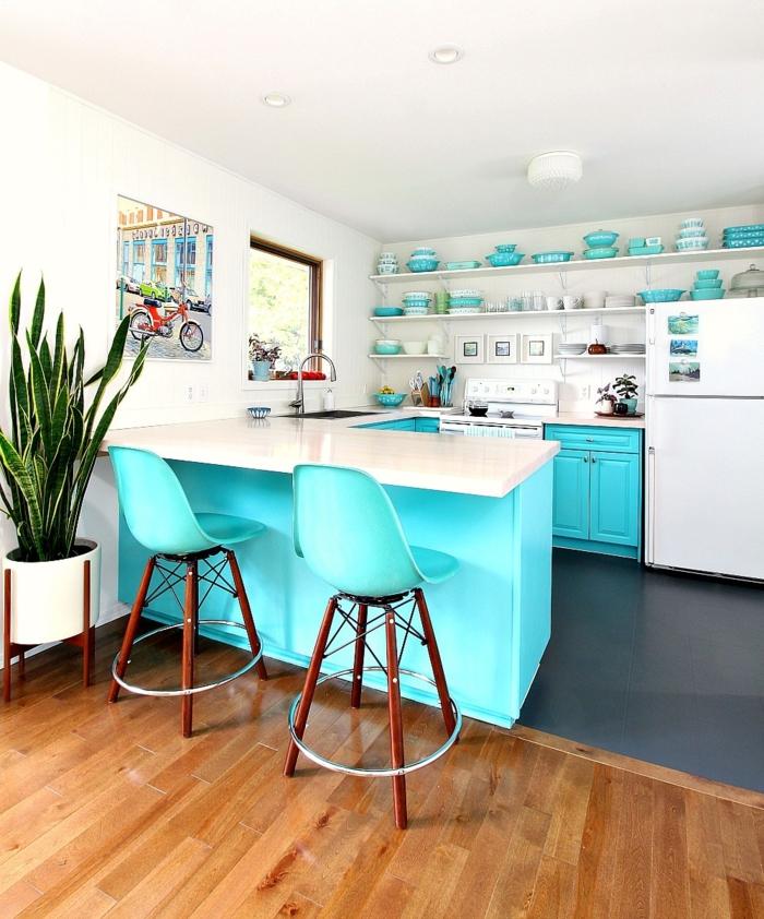 cocina americana, propuesta moderna en blanco y aguamarina llamativa, suelo de parquet y planta decorativa