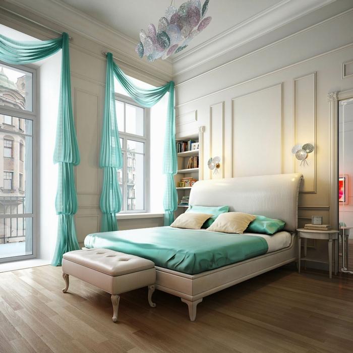 dormitorios de matrimonio, bonita habitación en blanco con techo grande y detalles en verde menta, lámpara original en tonos pastel