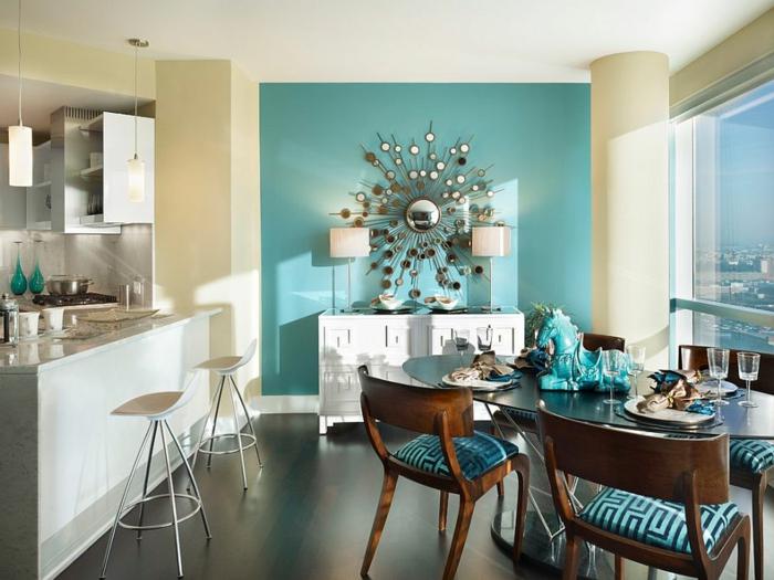 muebles comedor, propuesta actual con un aire de frescura, comedor con muebles de madera y pared en aguamarina con espejo vintage y cocina en blanco