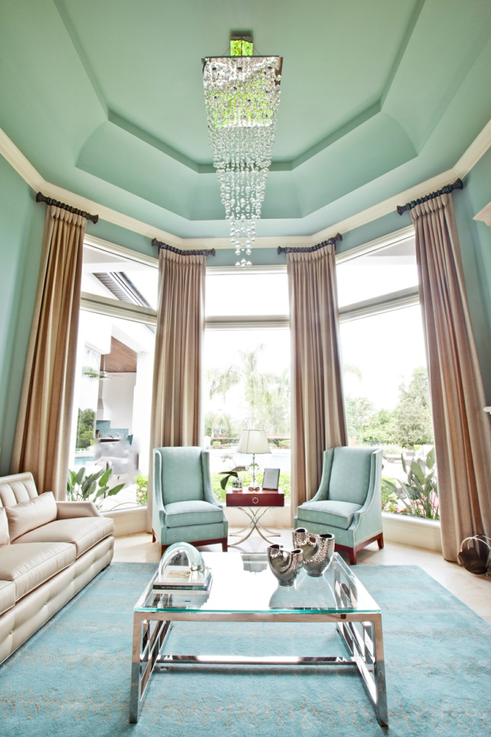 combinar colores, salón moderno con techo alto, cortinas en color crema, muebles y alfombra en tonos pastel y techo en verde menta