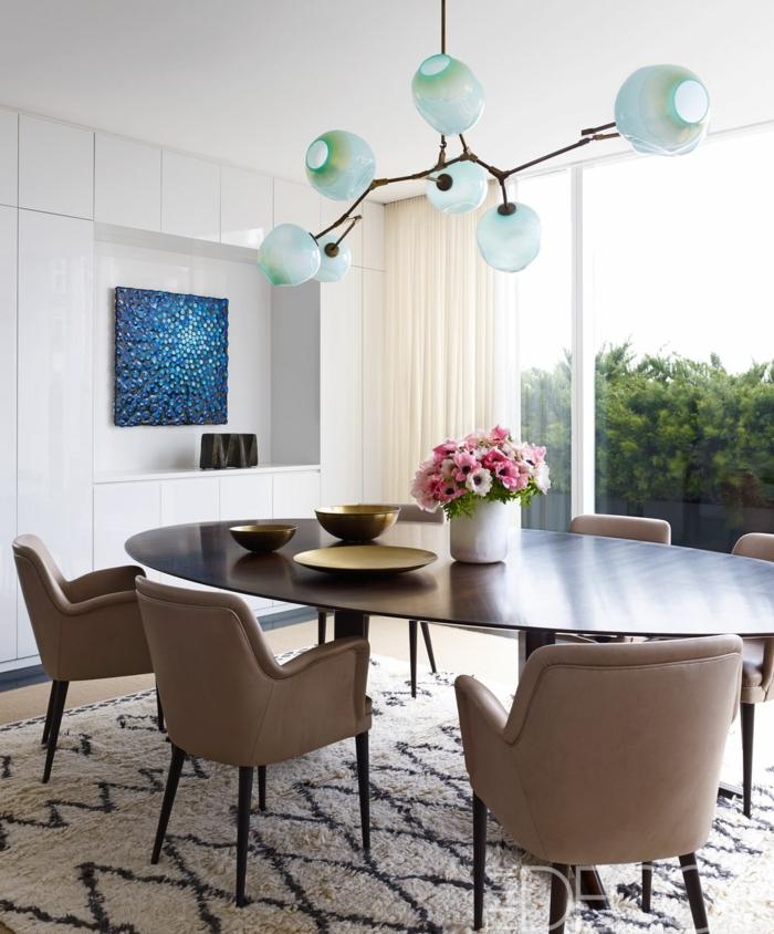 comedores modernos, lámparas de techo modernas en verde claro, mesa de madera oval, cuadro decorativo azul, ventanales con cortinas aireadas