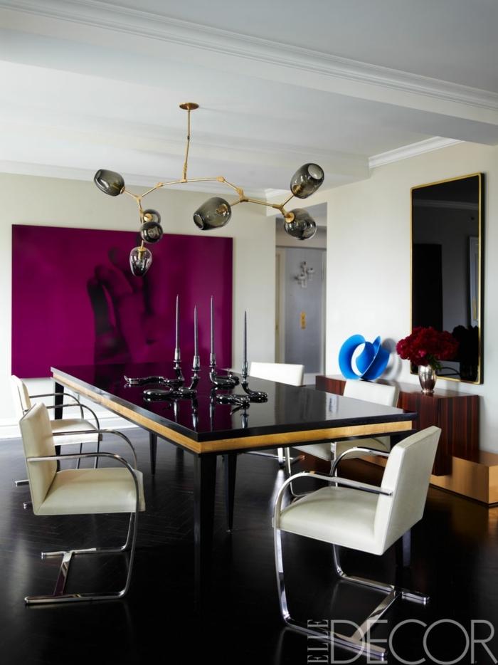 comedores, comedor moderno con bonito acento en morado, mesa negra con candelabros originales y lámparas de techo modernas