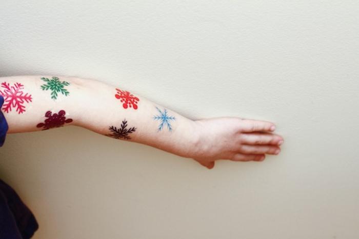 manualidades para niños de 10 a 12 años, brazo de niña decorado con estampados coloridos navideños