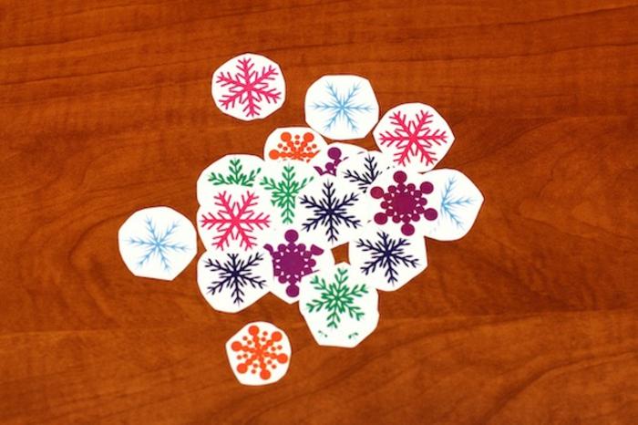 manualidades para niños de 10 a 12 años, estampados en diferentes colores en forma de copos de nieve, ideas para los pequeños
