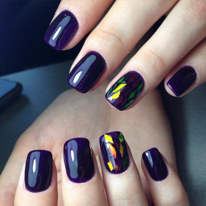 uñas pintadas, diseño de uñas en forma cuadrada, pintadas en color morado intenso, decoración de elementos que imitan vidrio