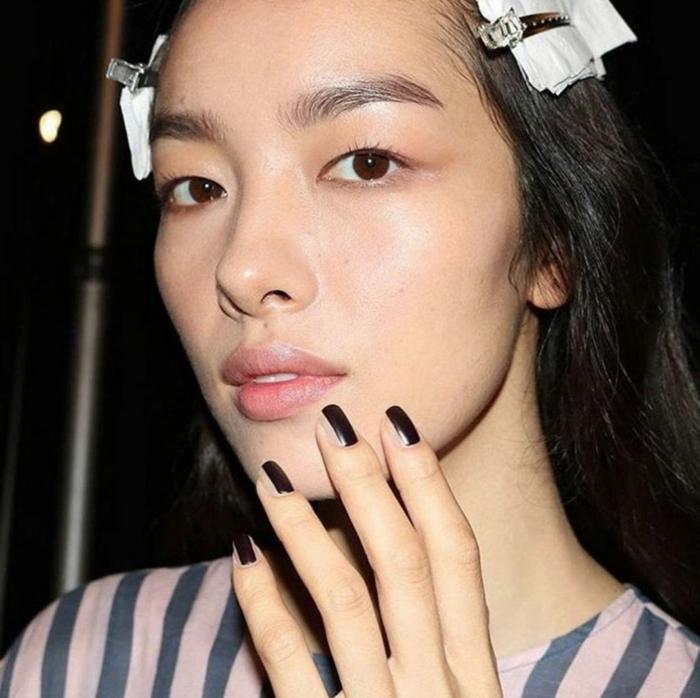 diseño de uñas, uñas en estilo minimalista, parte de uña pintada en marrón oscuro mate