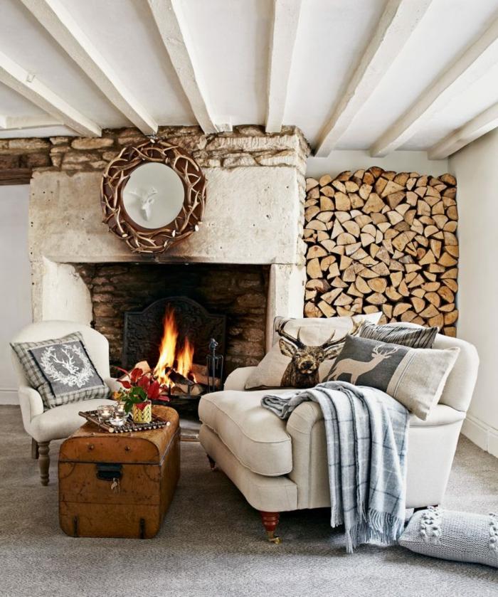 chimeneas de leña, ideas originales, en estilo rústico, techo con vigas de madera, almacenamiento de leña decorativo