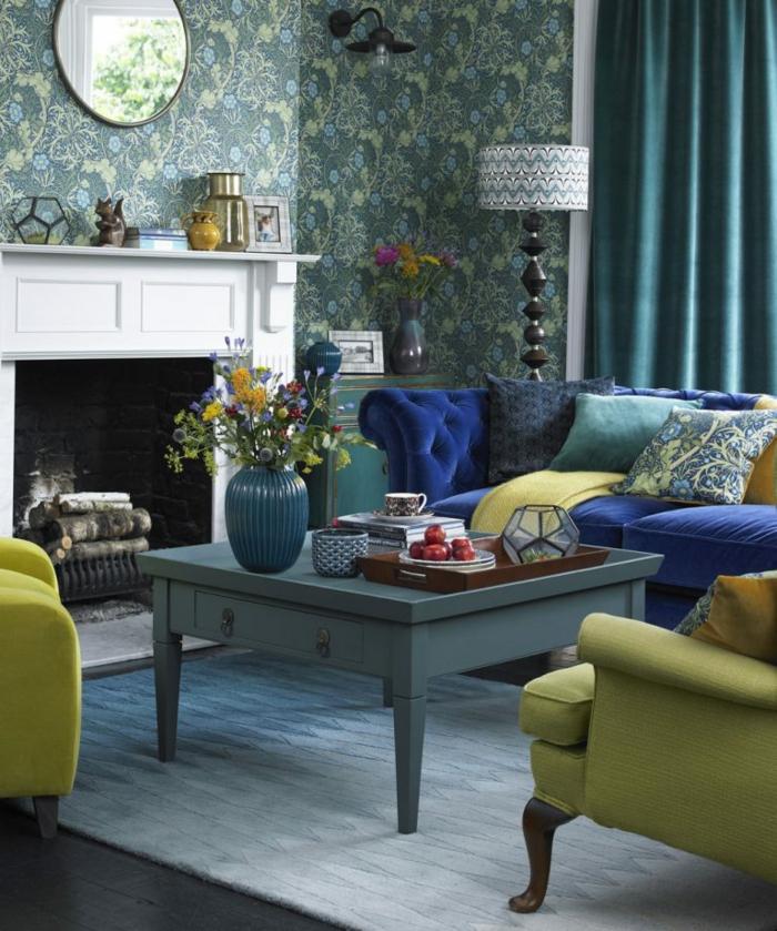 chimeneas de leña, salón en estilo moderno en verde y azul intenso, paredes con papel pintado, cortinas en aguamarina