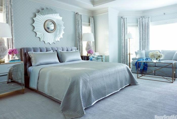 colores para habitaciones, grande luminoso dormitorio en tonos fríos y claros, papel pintado en rombos en las paredes, objetos y muebles de estilo vintage