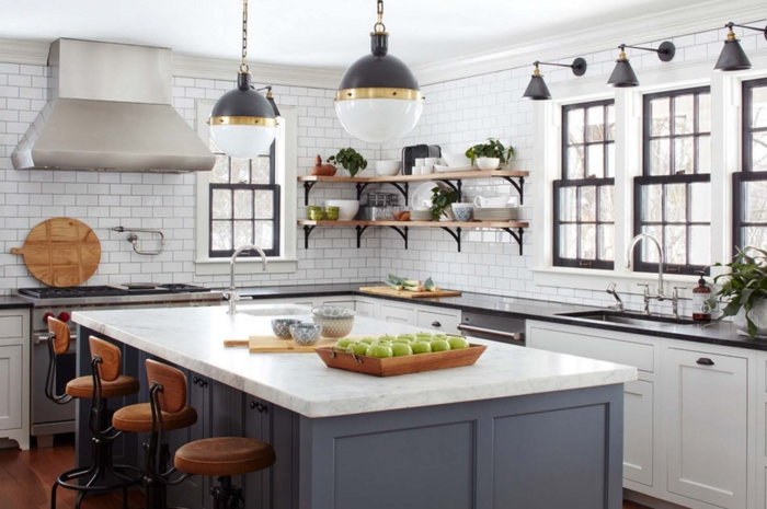 cocina americana, cocina en blanco y gris con toque industrial, grande barra rectangular con pequeñas sillas en ocre
