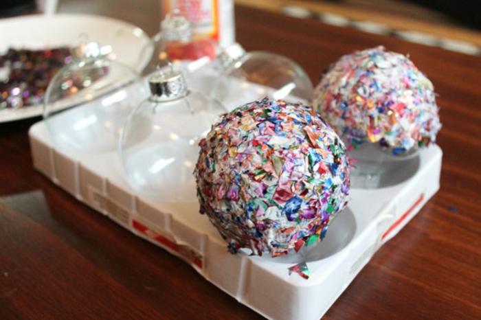 como hacer bolas de navidad, esferas caseras hechas con decoupage, bolas de vidrio decoradas con confeti