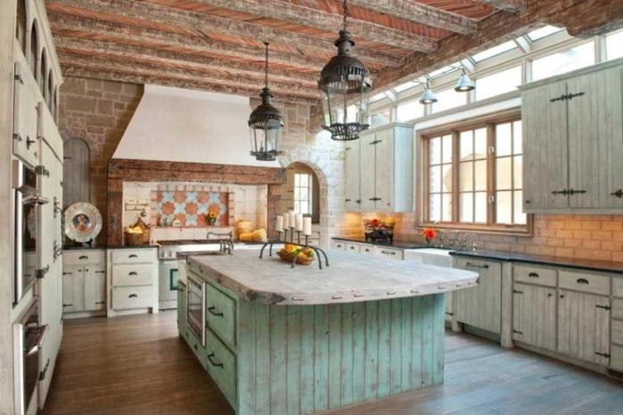cocinas americanas, tendencias 2018, cocina en estilo rústico con muebles vintage, grande barra de madera pintada con efecto desgastado, techo con vigas de madera