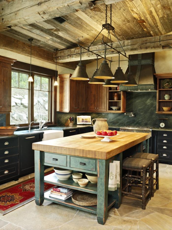 cocina americana, pequeña cocina acogedora en estilo rústico con techo de madera y lámparas de hierro vintage, mesa de madera con patas en verde, armarios en azul oscuro