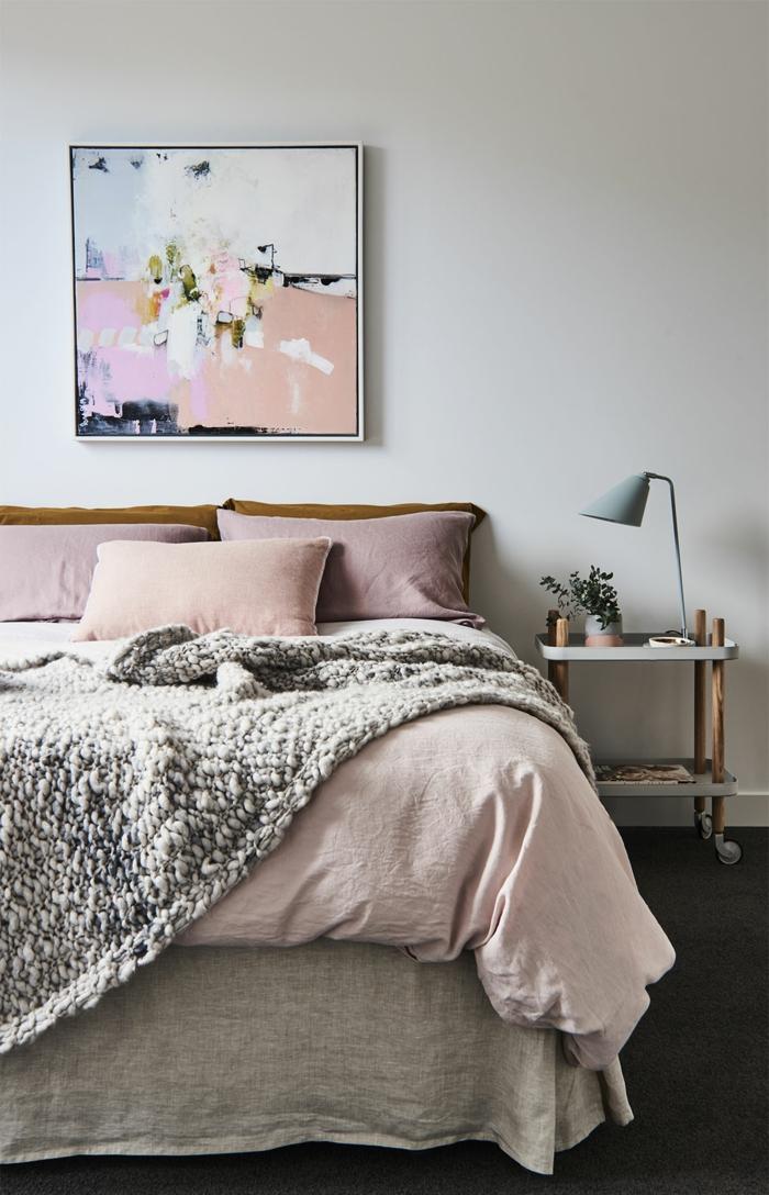 como pintar una habitacion, dormitorio en blanco con detalles en color rosa, cuadro modernista en tonos pasteles, suelo con moqueta