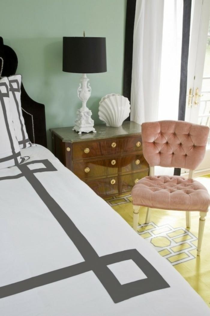 como pintar una habitacion, paredes en color menta, silla en capitoné en color rosa, suelo en amarillo, bonita combinación de colores