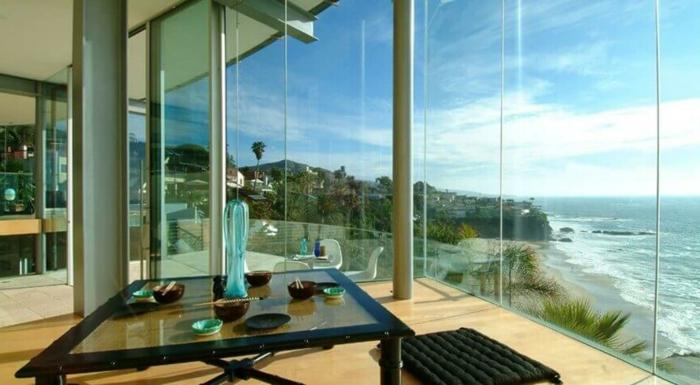 muebles comedor, precioso comedor con vista, mesa de vidrio cuadrada y banco en capitoné negro, grandes ventanales