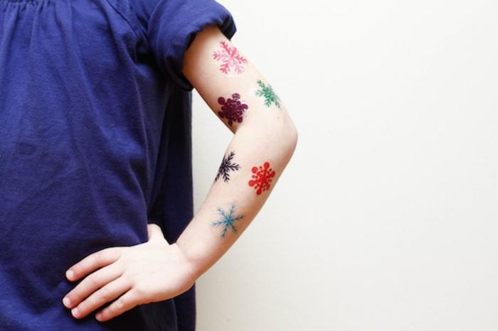 manualidades para niños de 10 a 12 años, tatuaje divertido con copas de nieve en diferentes colores, proyectos DIY originales