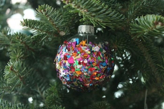 bola navidad, esfera de vidrio transparente decorada con confeti en diferentes colores