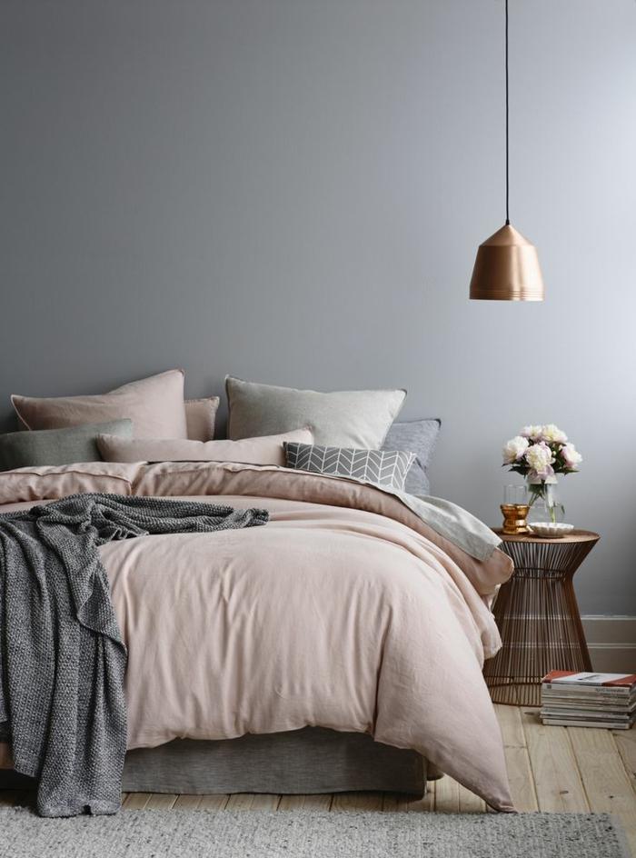 combinaciones de colores, bonita combinación de color rosa y gris, paredes en gris suave y elementos en tonos pastel, lámpara y mesilla vintage en bronce